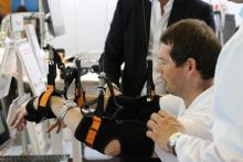 Пациент пробует новую систему реабилитации
